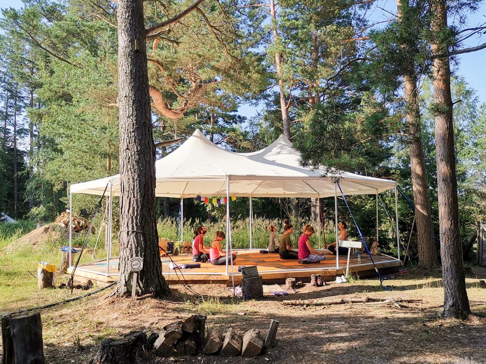 Glamping Lahemaa Nationalpark Estland Projekt Kodu Travel Sisi beim Yoga