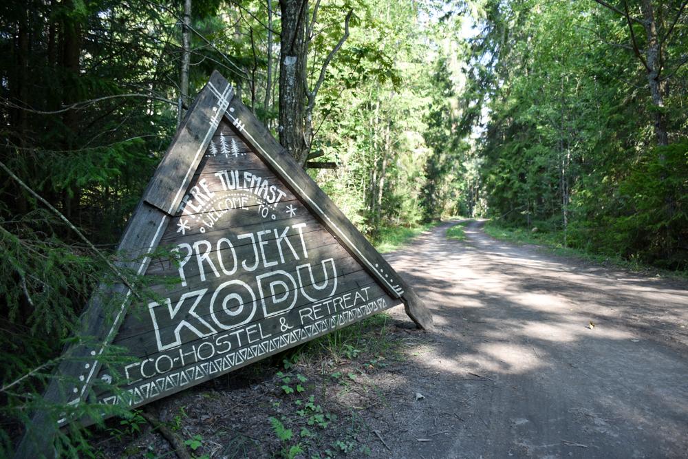 Glamping Lahemaa Nationalpark Estland Projekt Kodu Schild am Einga