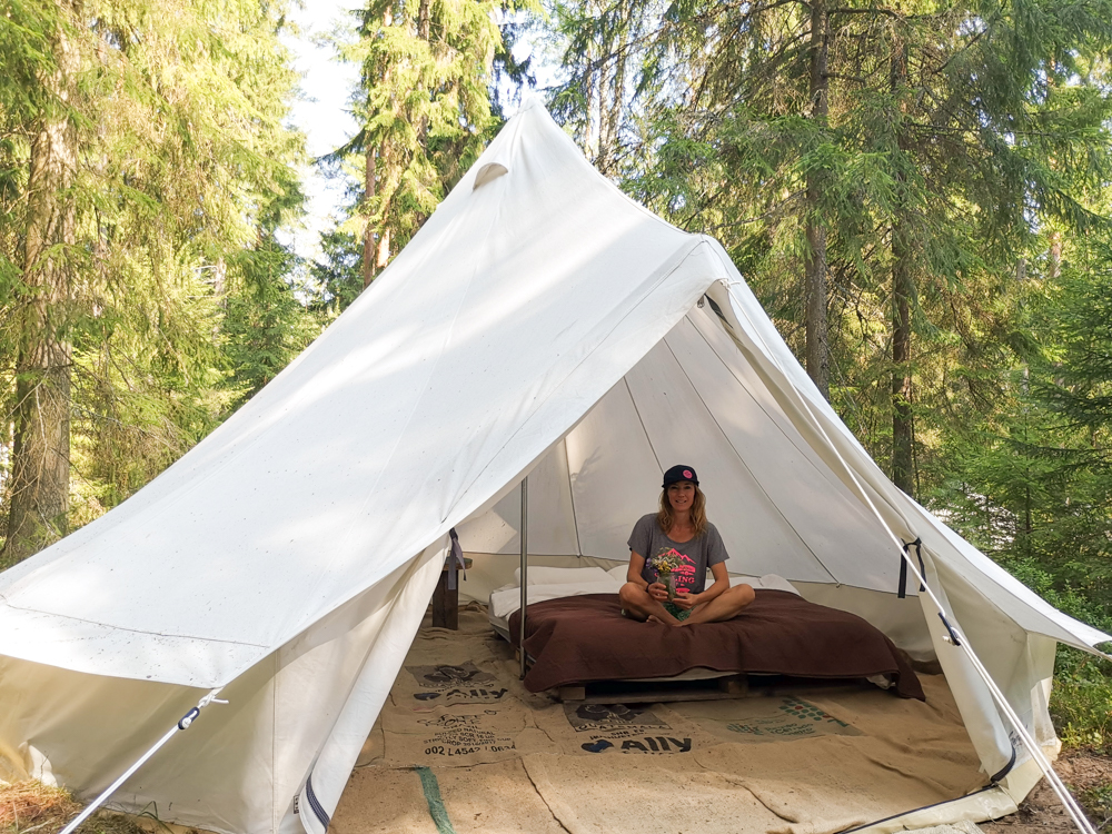 Glamping Lahemaa Nationalpark Estland Projekt Kodu Travel Sisi Esther Mattle im Nomadenzelt