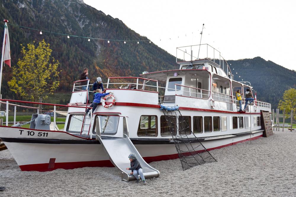 Herbstferien Achensee Tirol Österreich mit Kindern Adventure Spielschiff auf dem Spielplatz See-Bad
