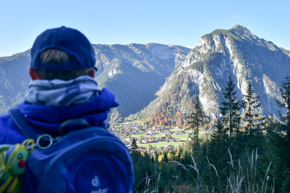 Herbstferien Achensee Tirol Österreich mit Kindern Aussicht auf Maurach beim Wandern