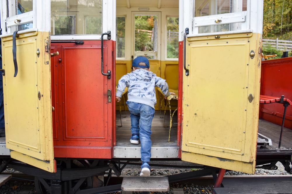 Herbstferien Achensee Tirol Österreich mit Kindern Einstiegen in die Achenseebahn