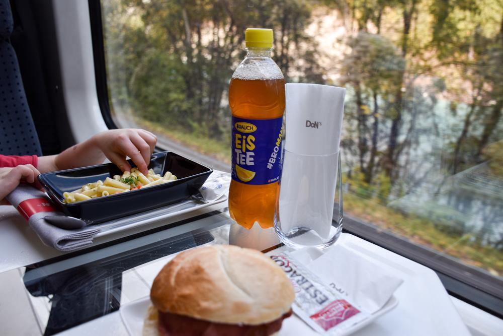 Herbstferien Achensee Tirol Österreich mit Kindern Essen im Zug auf dem Weg nach Jenbach