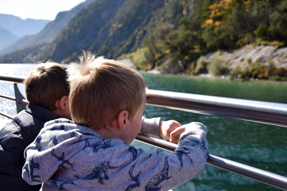 Herbstferien Achensee Tirol Österreich mit Kindern Schiffahren macht Spass