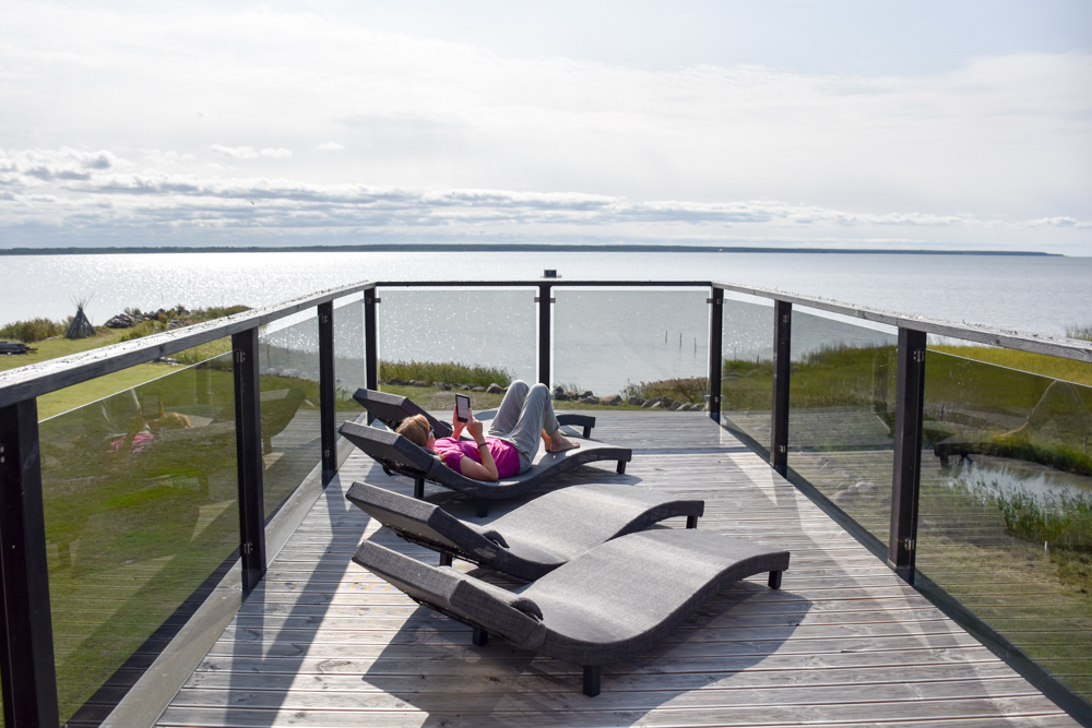 Hoteltipp Muhu Estland Bottengarn Boutique Guesthouse Terrasse mit Blick aufs Meer