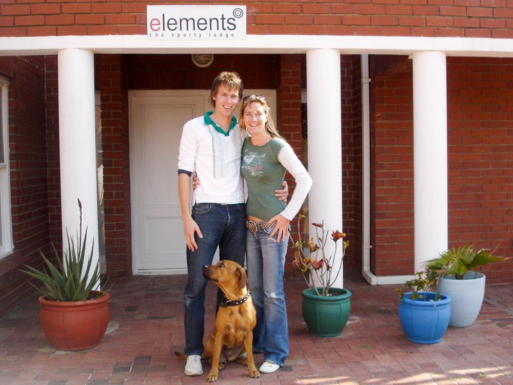 Auswanderung nach Südafrika Esther Mattle und Remo Amsler vor dem elements Gästehaus in Kapstadt