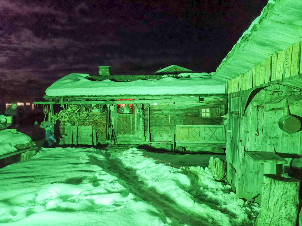 Grossvater kocht im Maiensäss Brigels Graubünden Schweiz Beleuchtung in der Nacht