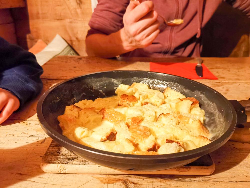 Grossvater kocht im Maiensäss Brigels Graubünden Schweiz Buglia das aunghels