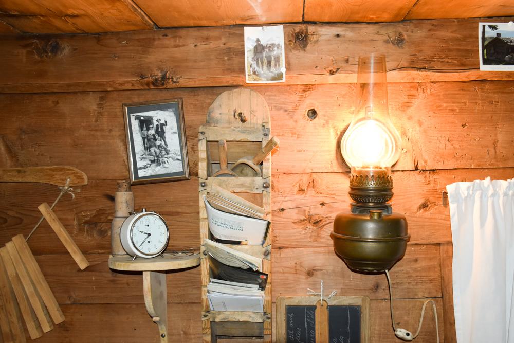 Grossvater kocht im Maiensäss Brigels Graubünden Schweiz Dekoration