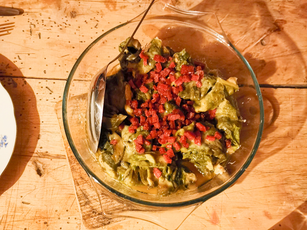 Grossvater kocht im Maiensäss Brigels Graubünden Schweiz Hauptspeise Capuns