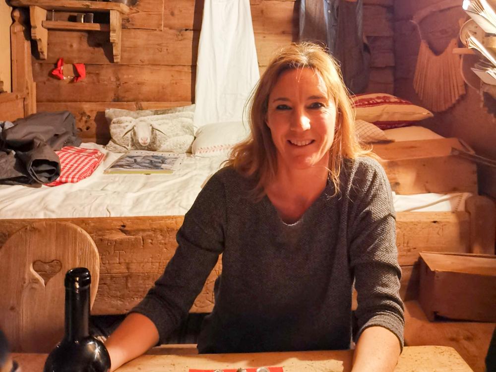 Grossvater kocht im Maiensäss Brigels Graubünden Schweiz Travel Sisi Esther Mattle im lebendigen Museum