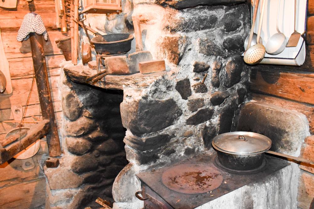 Grossvater kocht im Maiensäss Brigels Graubünden Schweiz authentische Küche