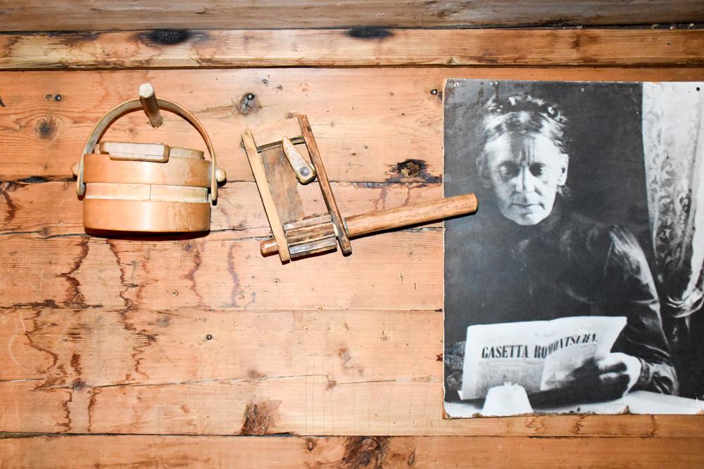 Grossvater kocht im Maiensäss Brigels Graubünden Schweiz man fühlt sich in die Vergangenheit zurückversetzt