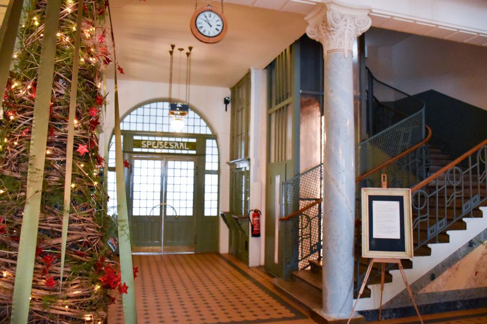 Hoteltipp Bergün Graubünden Schweiz Kurhaus Bergün Lobby und Treppenhaus