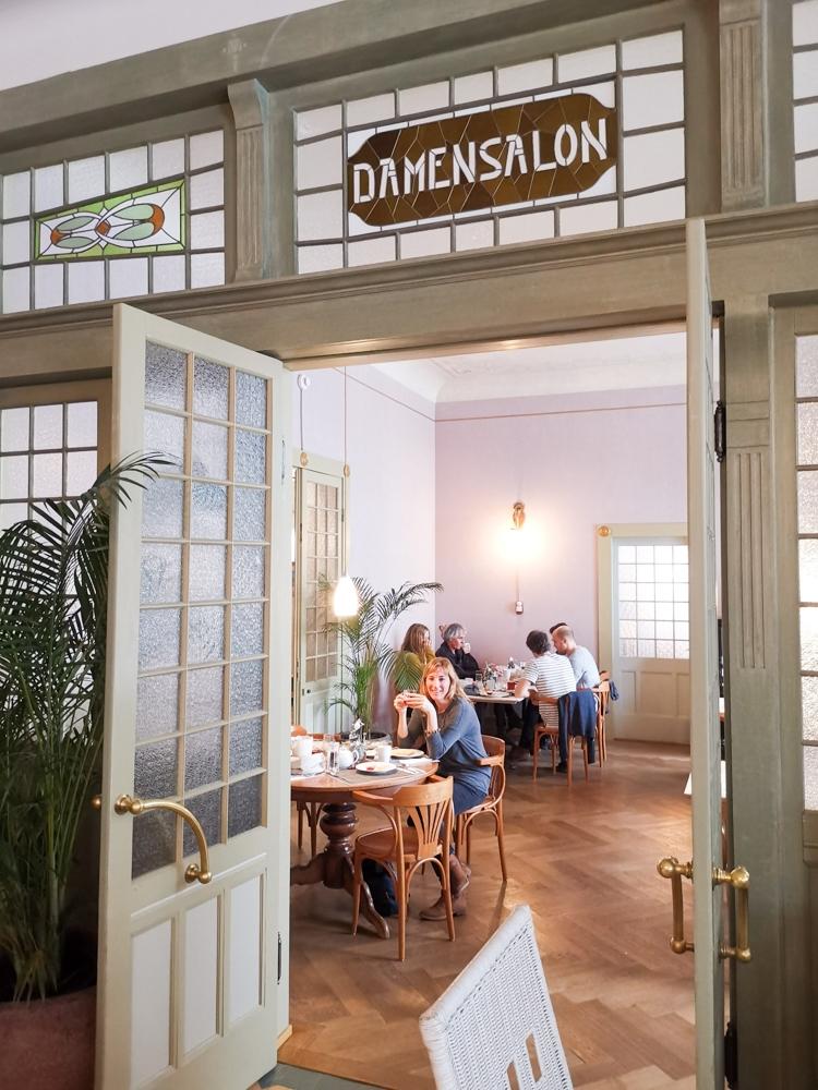 Hoteltipp Bergün Graubünden Schweiz Kurhaus Bergün Travel Sisi Esther Mattle beim Frühstück im Damensalon