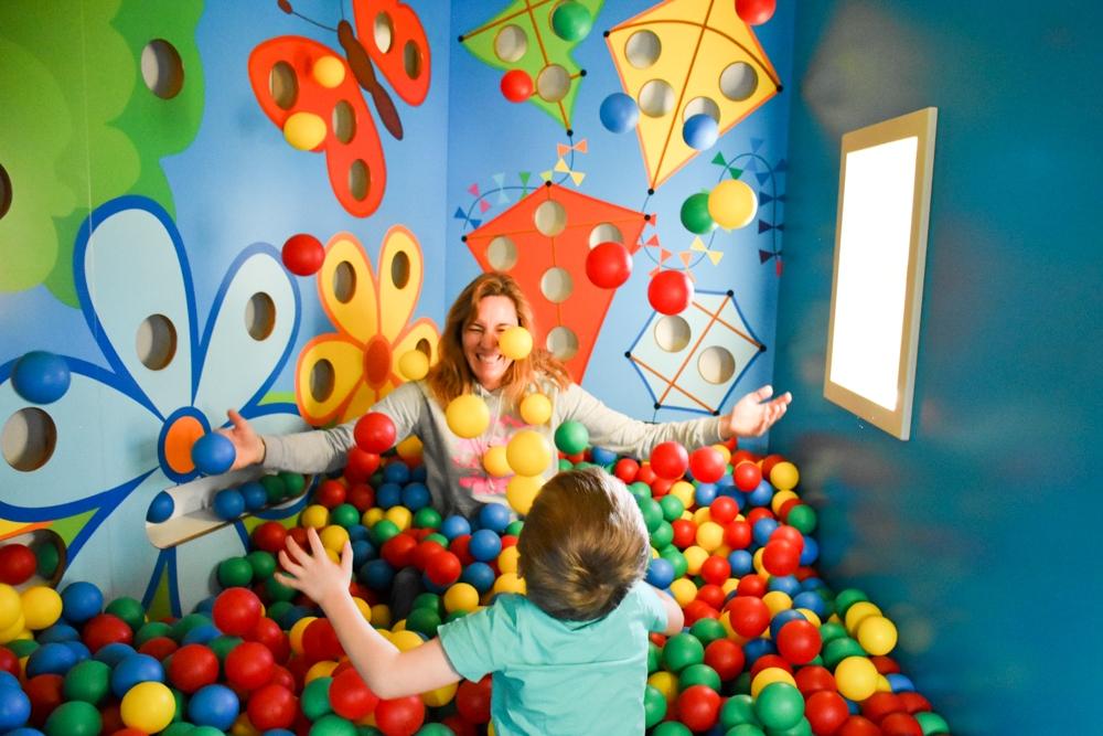 Unterkunftstipp Brigels Graubünden Schweiz Pradas Resort Bällebad im Kids Club