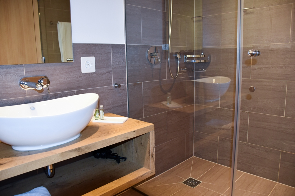 Unterkunftstipp Brigels Graubünden Schweiz Pradas Resort Badezimmer