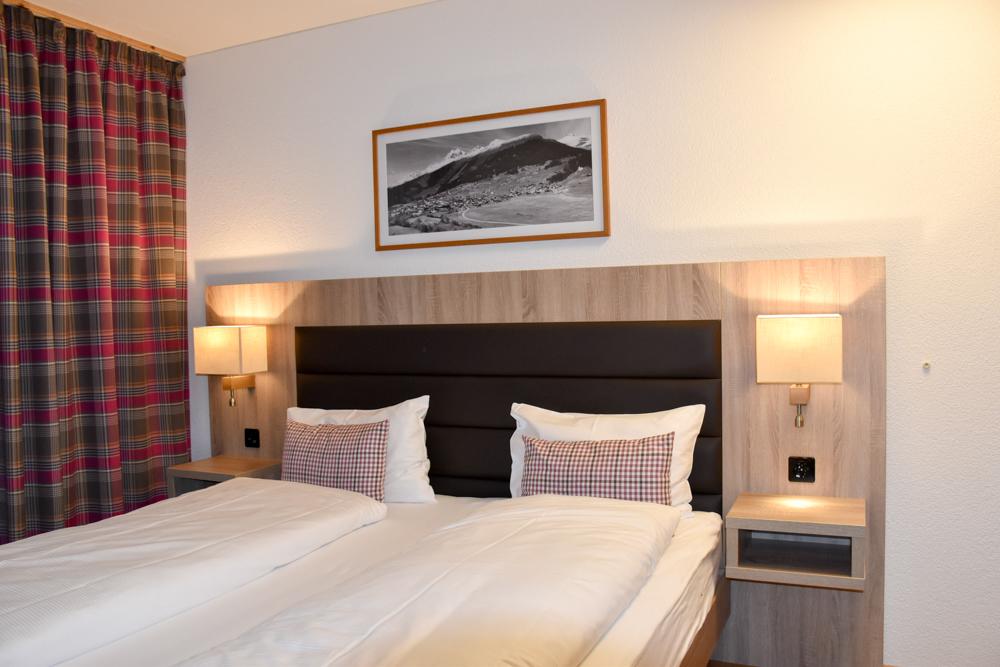 Unterkunftstipp Brigels Graubünden Schweiz Pradas Resort Schlafzimmer