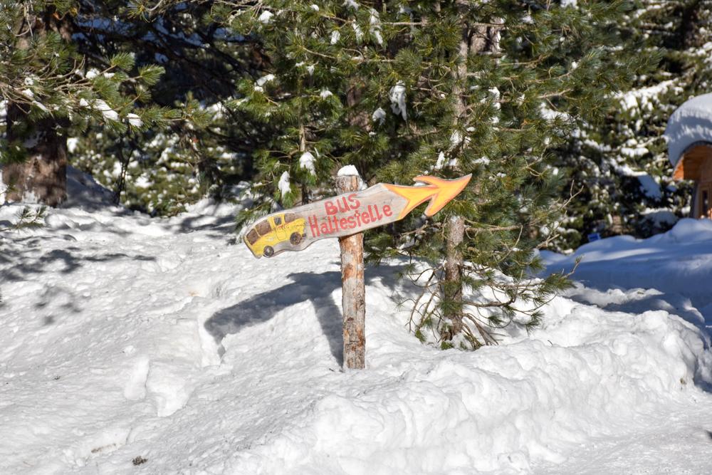 Winter Glamping Campingplatz Morteratsch Engadin Graubünden Schweiz Bushaltestelle