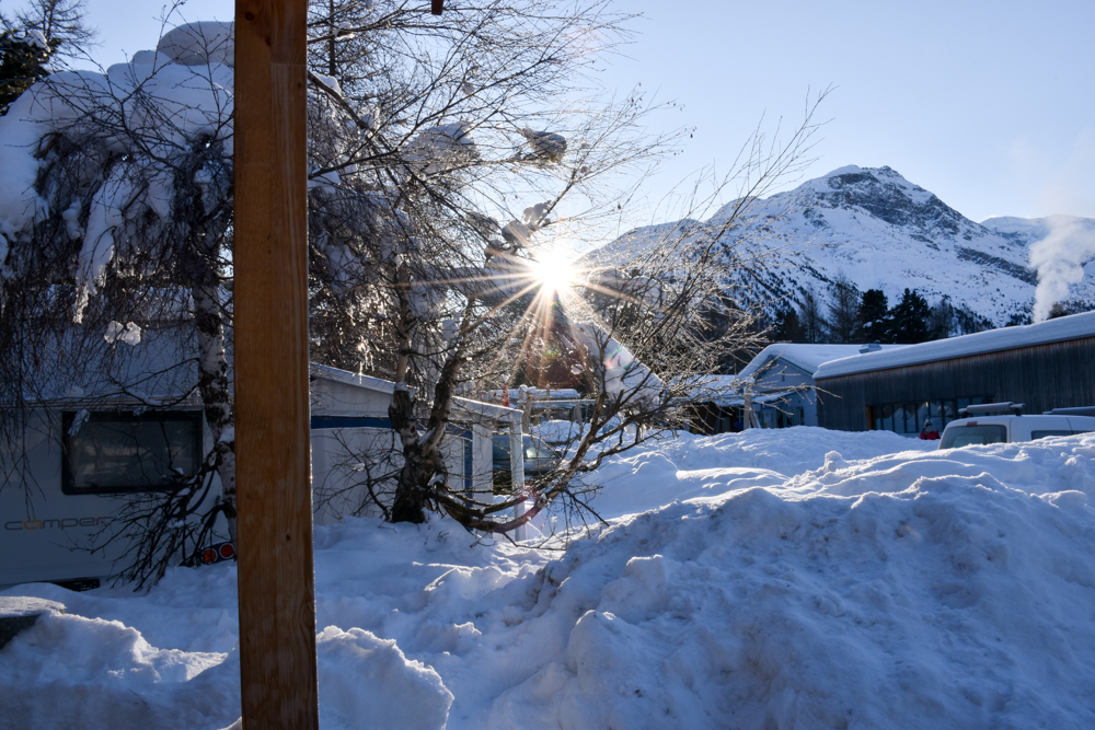 Winter Glamping Campingplatz Morteratsch Engadin Graubünden Schweiz Sonnenaufgang im Schnee