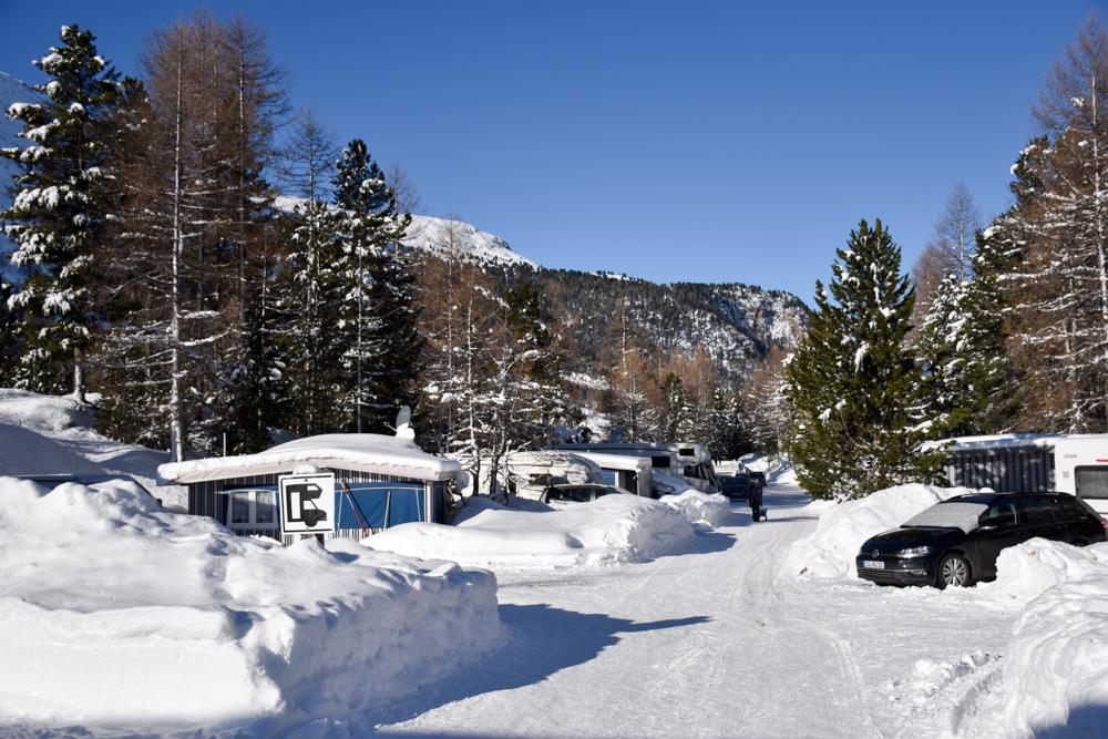 Winter Glamping Campingplatz Morteratsch Engadin Graubünden Schweiz viele Wintercamper