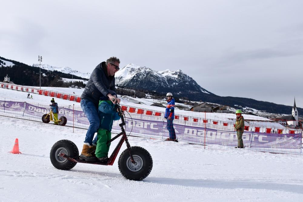 Winter Weekend Savognin Graubünden Schweiz Kinder-Winterfest Trottinett