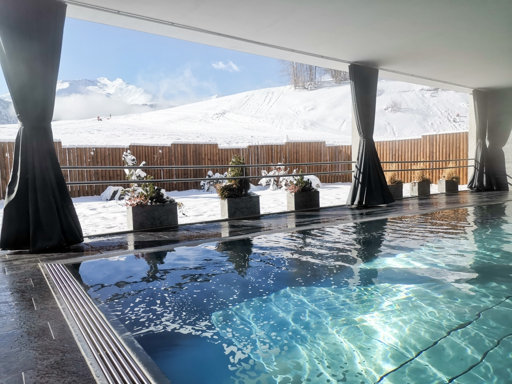 Catrina Resort Unterkunfttipp Disentis Graubünden Schweiz Aussenpool mit Aussicht