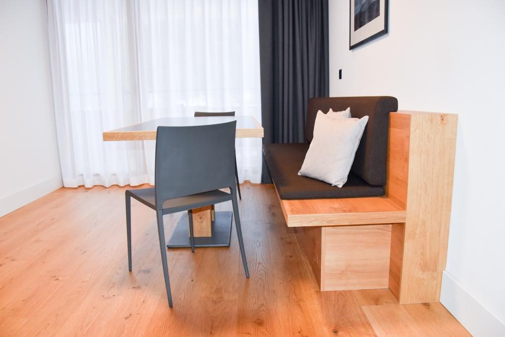 Catrina Resort Unterkunfttipp Disentis Graubünden Schweiz Esstisch und Eckbank