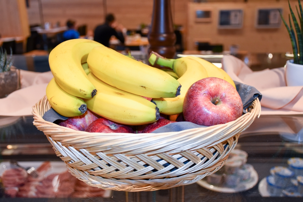Catrina Resort Unterkunfttipp Disentis Graubünden Schweiz Früchte Frühstücksbuffet