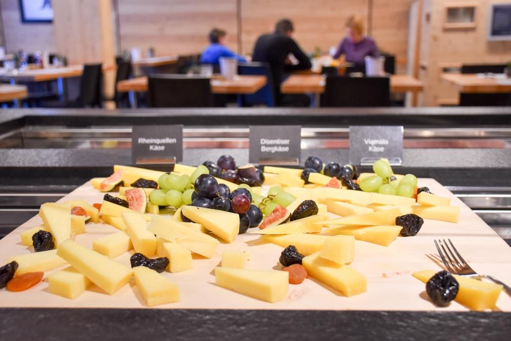 Catrina Resort Unterkunfttipp Disentis Graubünden Schweiz Käseplatte Frühstücksbuffet