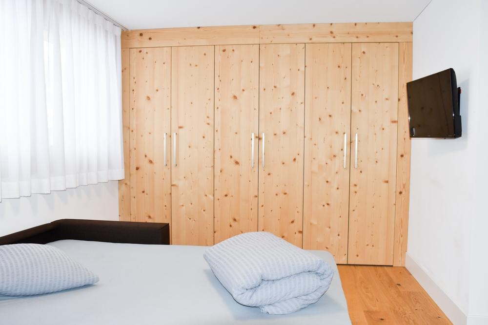 Catrina Resort Unterkunfttipp Disentis Graubünden Schweiz Schlafsofa und Schrank