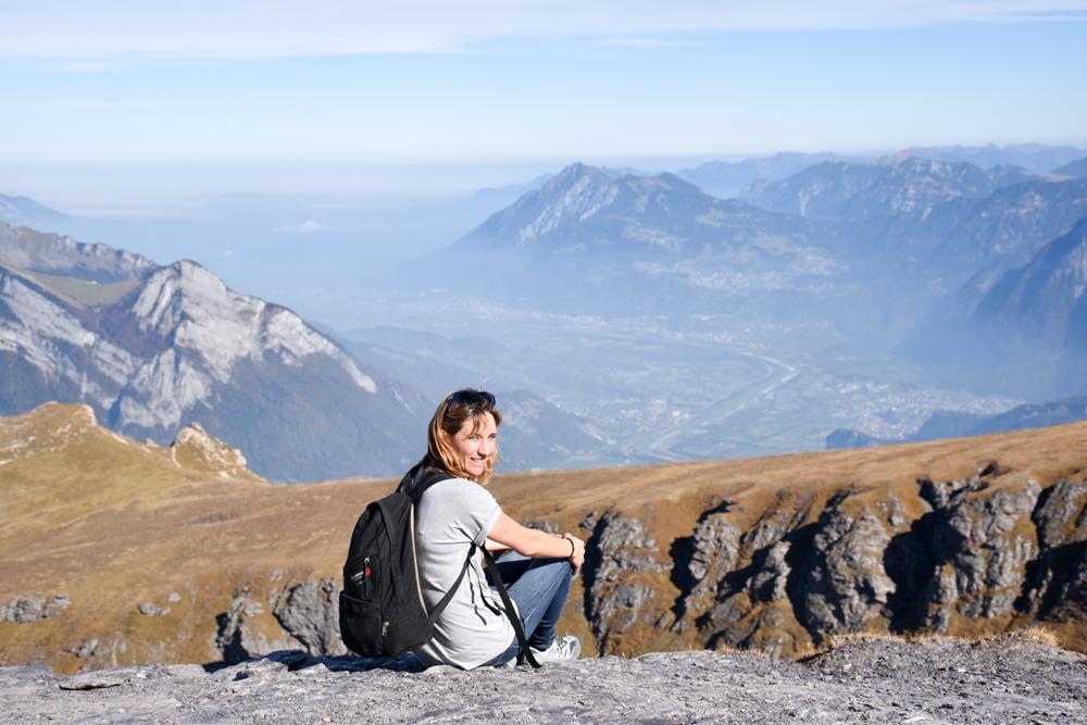 5-Seen-Wanderung Pizol Heidiland St. Gallen Schweiz Travel Sisi Esther Mattle blickt in ihre Heimat Liechtenstein