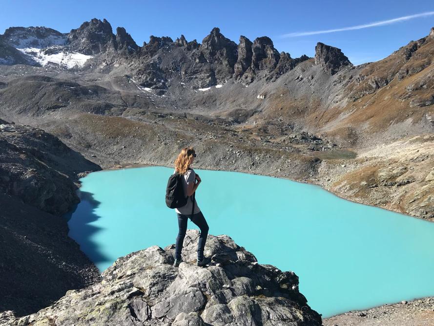5-Seen-Wanderung Pizol Heidiland St. Gallen Schweiz Travel Sisi Esther Mattle steht beim Wildsee