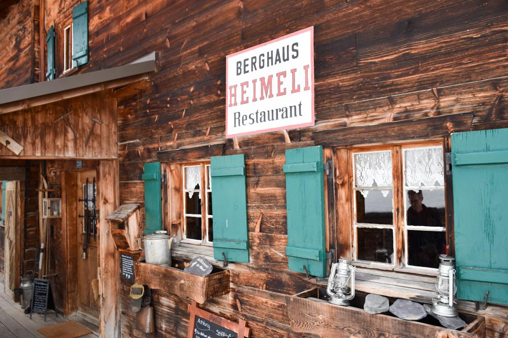 Unterkunftstipp Heimeli Sapün Arosa Graubünden Schweiz Eingang Berghaus