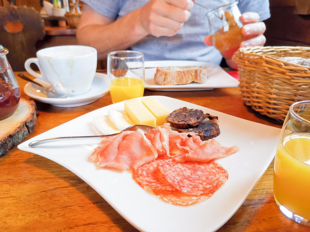 Unterkunftstipp Heimeli Sapün Arosa Graubünden Schweiz Frühstück