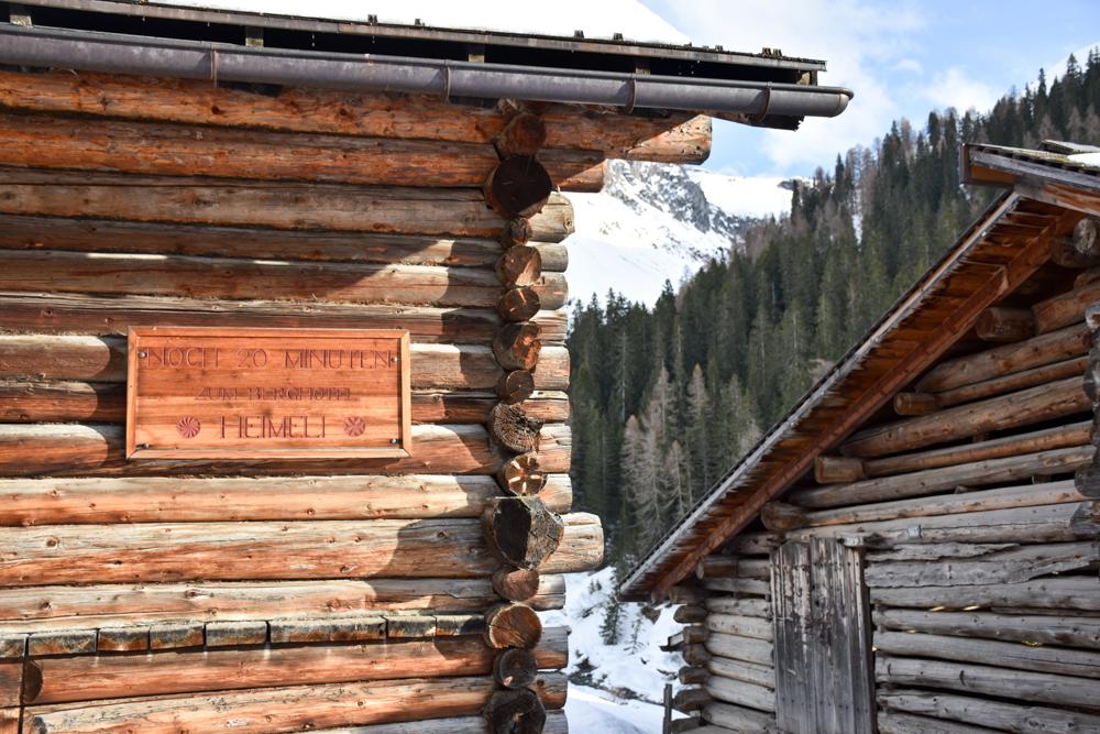 Unterkunftstipp Heimeli Sapün Arosa Graubünden Schweiz Schlitten im Heimeli