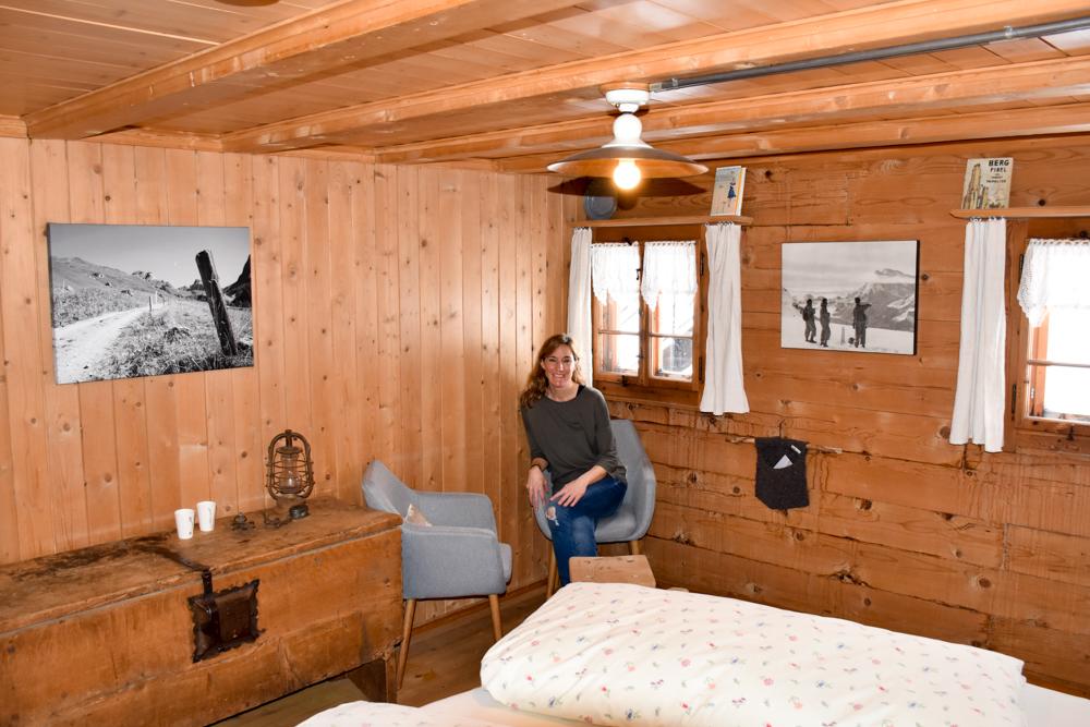 Unterkunftstipp Heimeli Sapün Arosa Graubünden Schweiz Travel Sisi Esther Mattle im Bergführerzimmer
