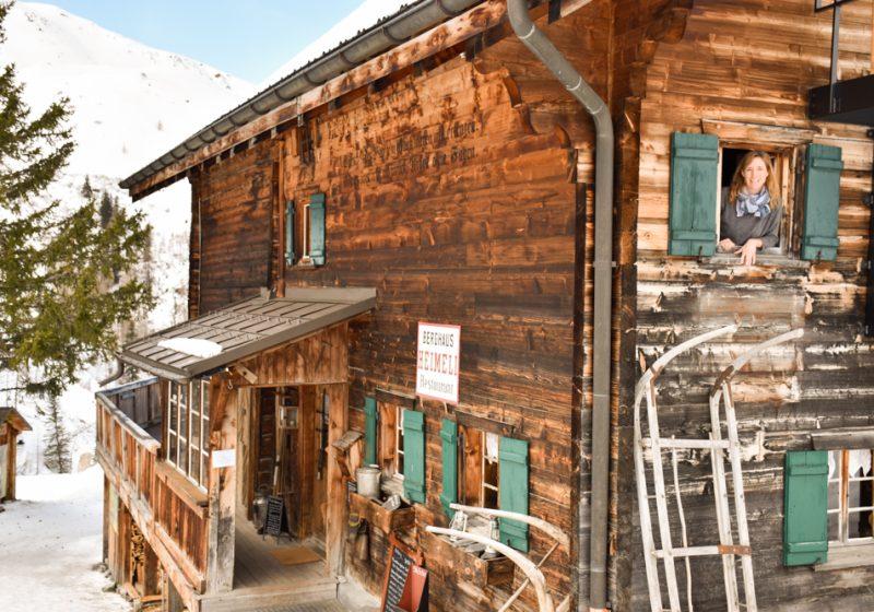 Unterkunftstipp Heimeli Sapün Arosa Graubünden Schweiz Travel Sisi schaut aus dem Fenster
