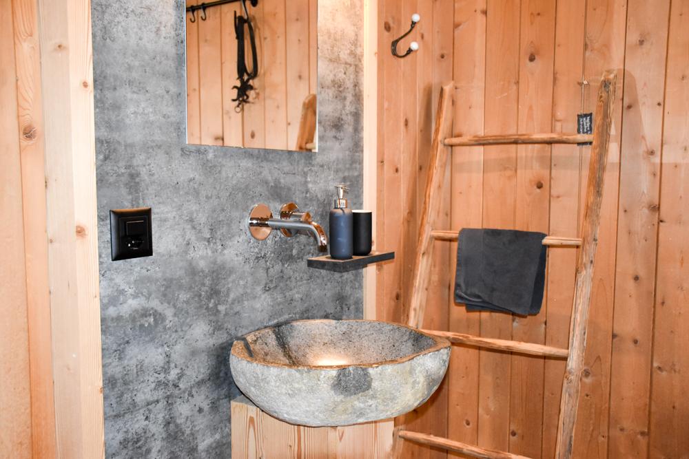 Unterkunftstipp Heimeli Sapün Arosa Graubünden Schweiz Waschbecken im Doppelzimmer