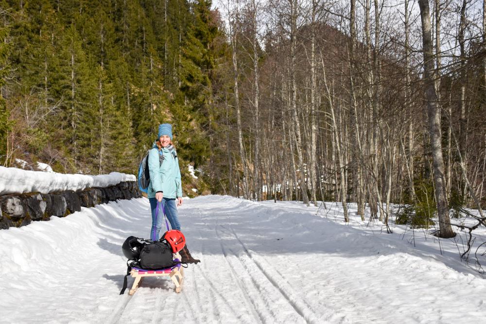 Unterkunftstipp Heimeli Sapün Arosa Graubünden Schweiz Weg mit Schlitten