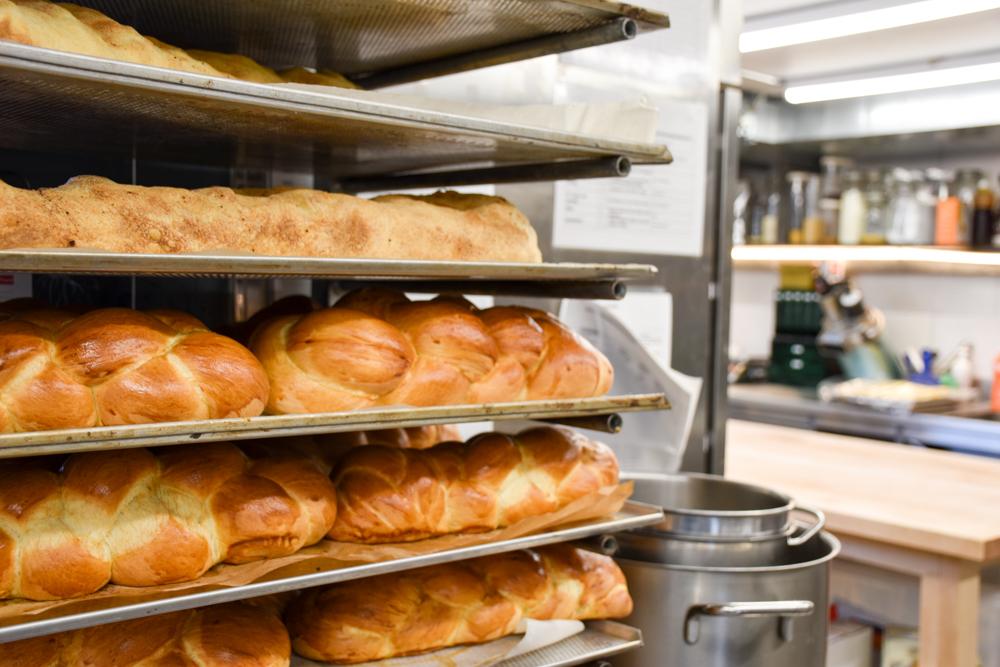 Unterkunftstipp Heimeli Sapün Arosa Graubünden Schweiz frisch gebackenes Brot