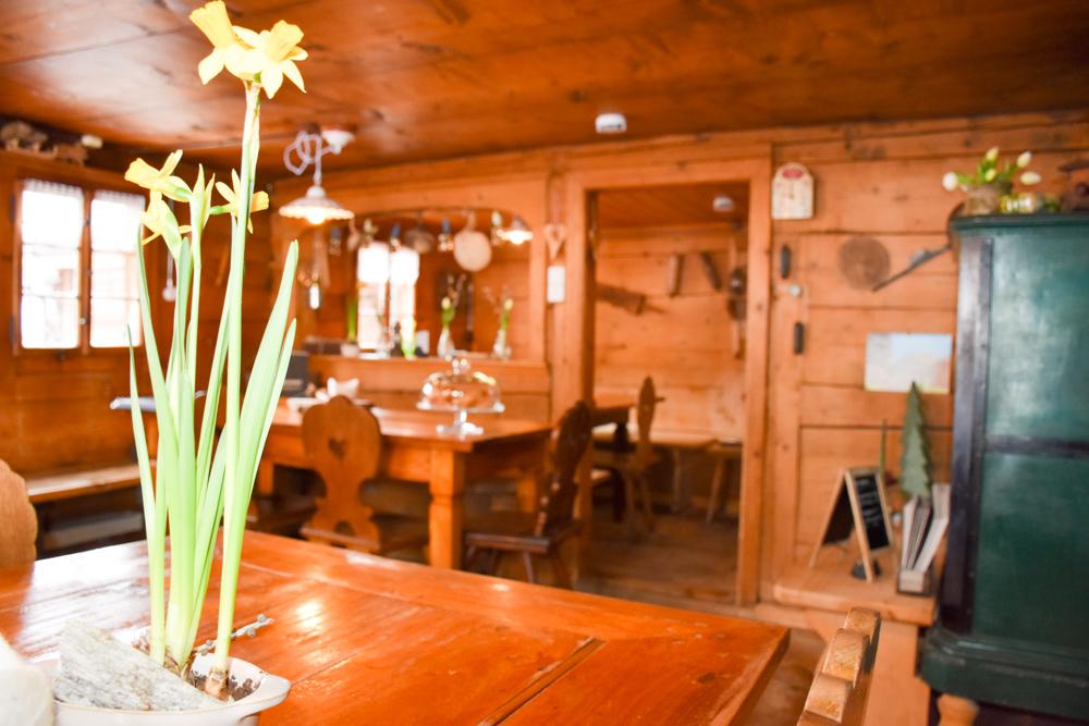 Unterkunftstipp Heimeli Sapün Arosa Graubünden Schweiz gemütliches Esszimmer