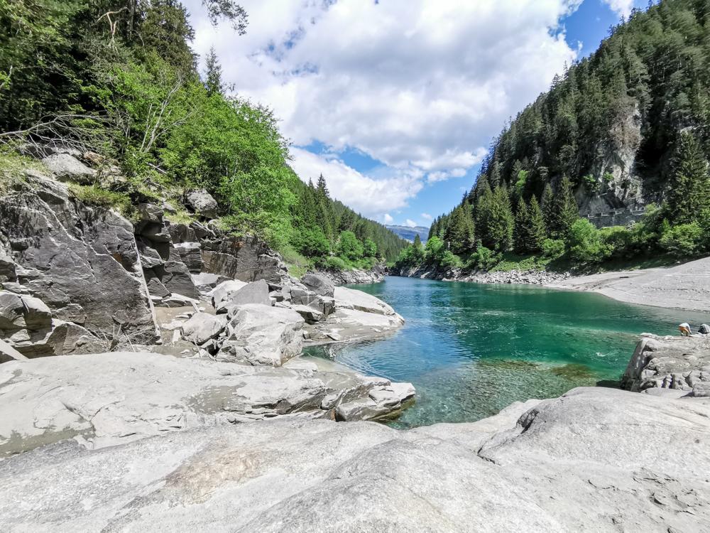 Ausflugstipp Rofflaschlucht Graubünden Schweiz Sandstrand Hinterrhein neben Rofflaschlucht