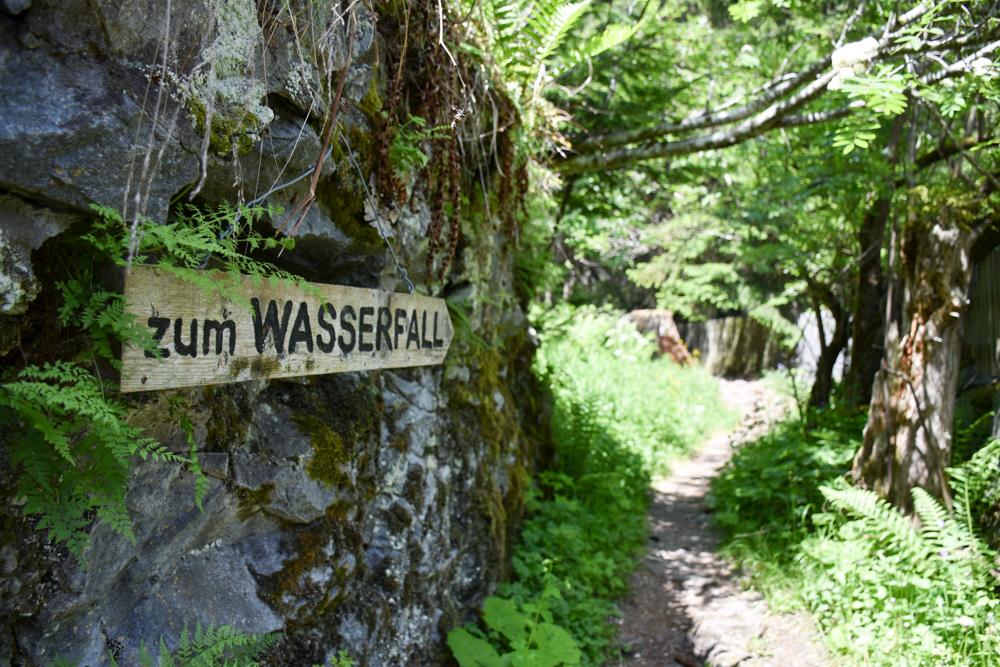 Ausflugstipp Rofflaschlucht Graubünden Schweiz Schild führt zum Wasserfall