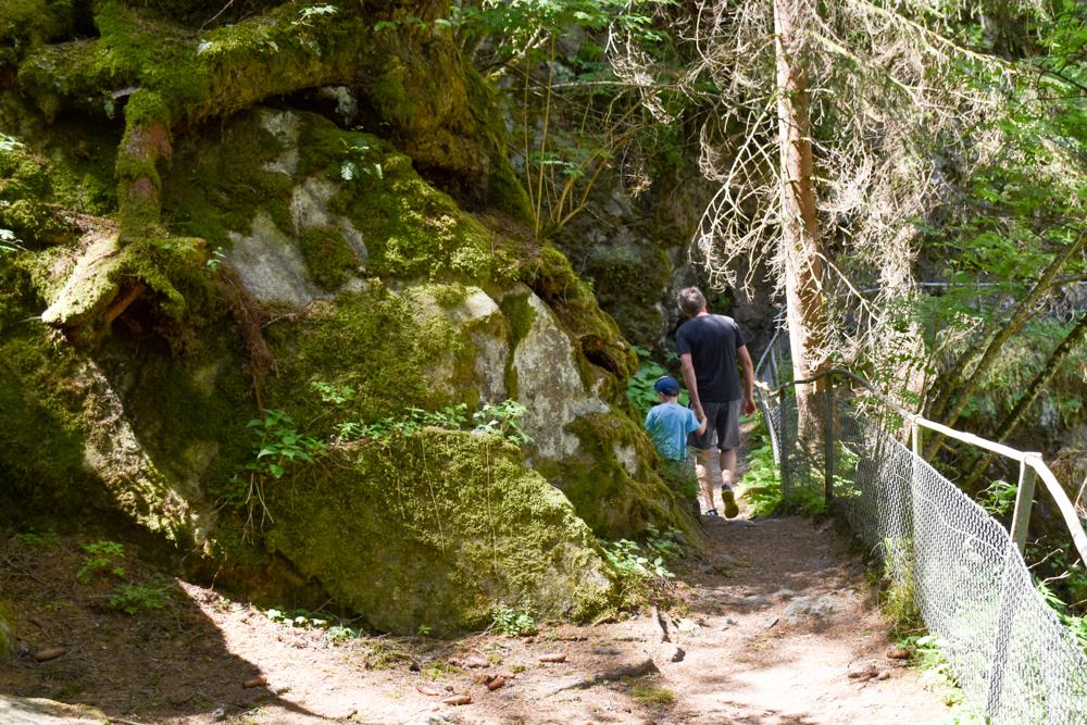 Ausflugstipp Rofflaschlucht Graubünden Schweiz die zwei Globetrotter unterwegs in der Schlucht