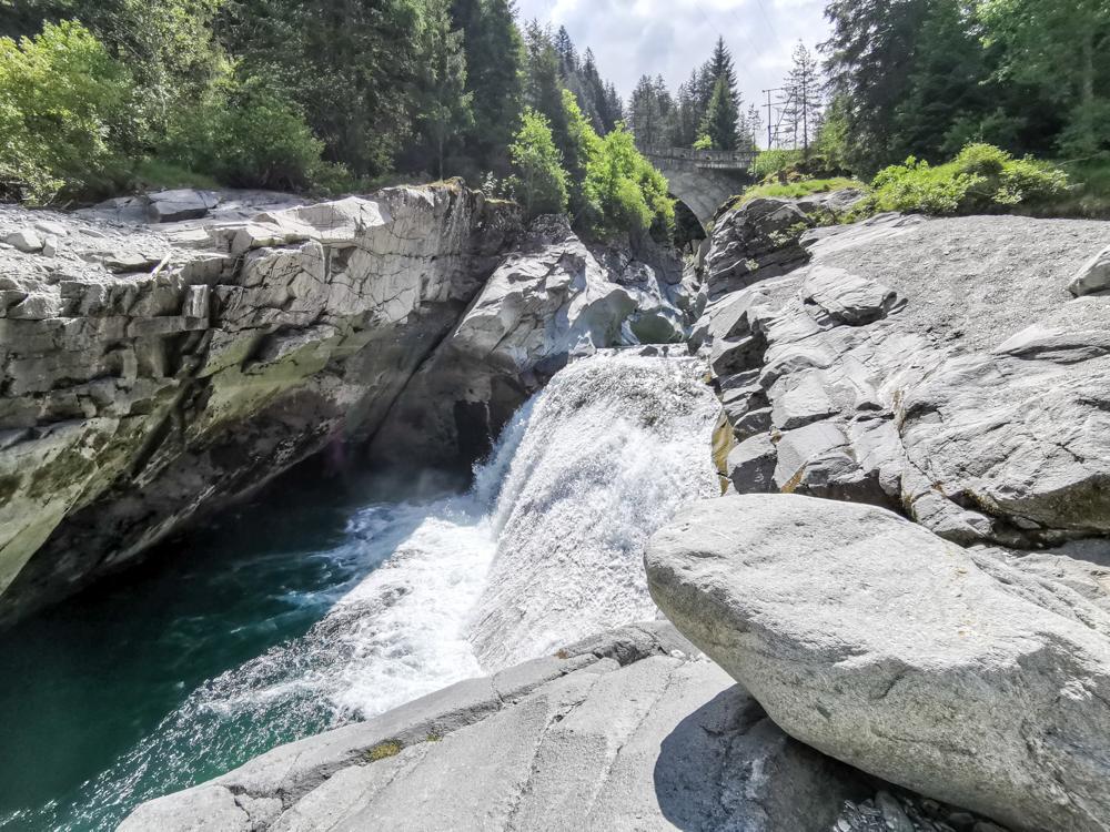 Ausflugstipp Rofflaschlucht Graubünden Schweiz weiterer Wasserfall