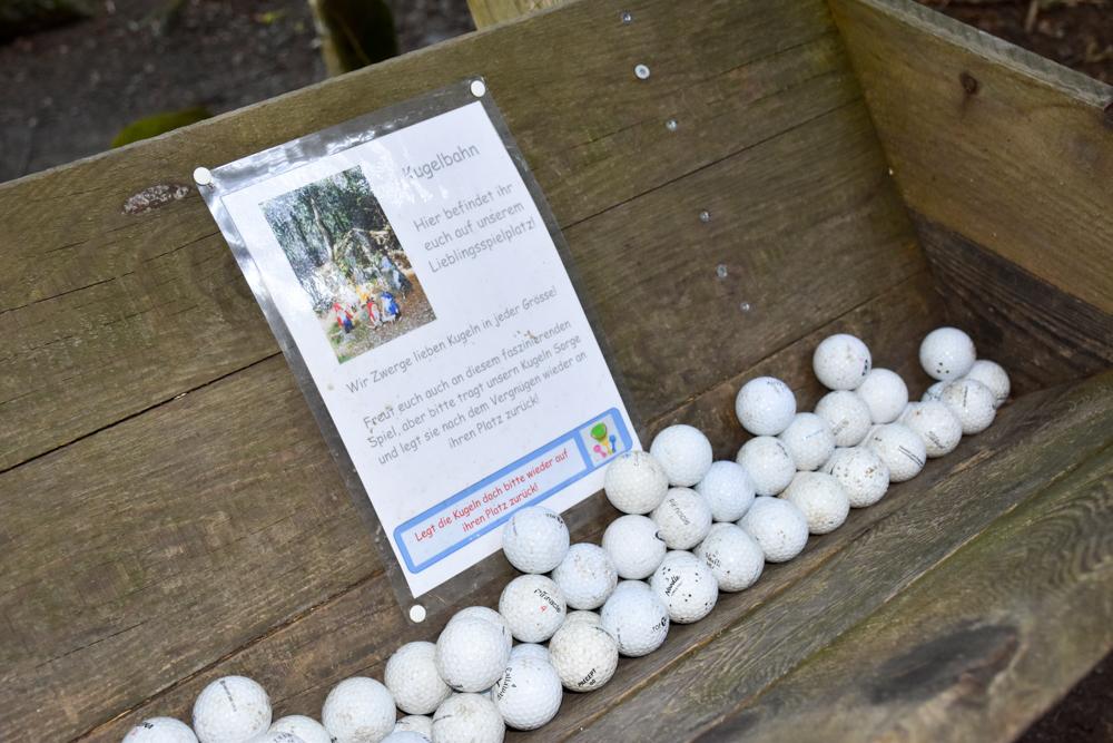 Ausflugstipp Zwergenweg Klosters Graubünden Schweiz Bälle für Chügelibahn