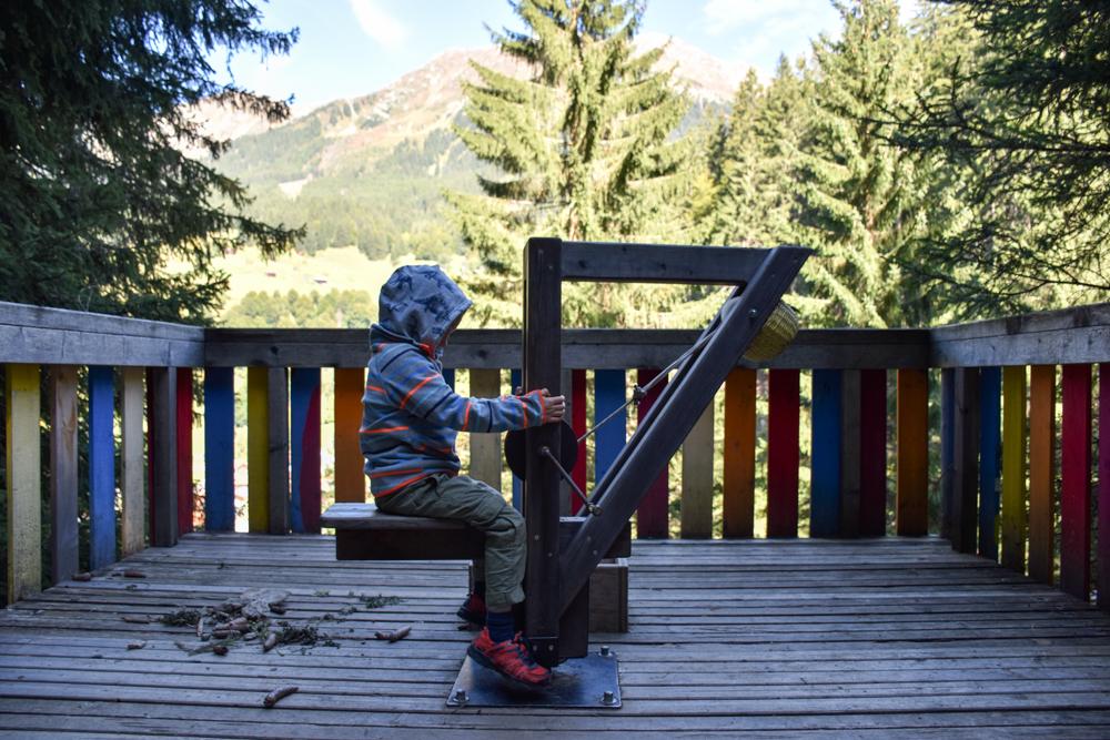 Ausflugstipp Zwergenweg Klosters Graubünden Schweiz Spielen auf dem Turm mit Ausblick