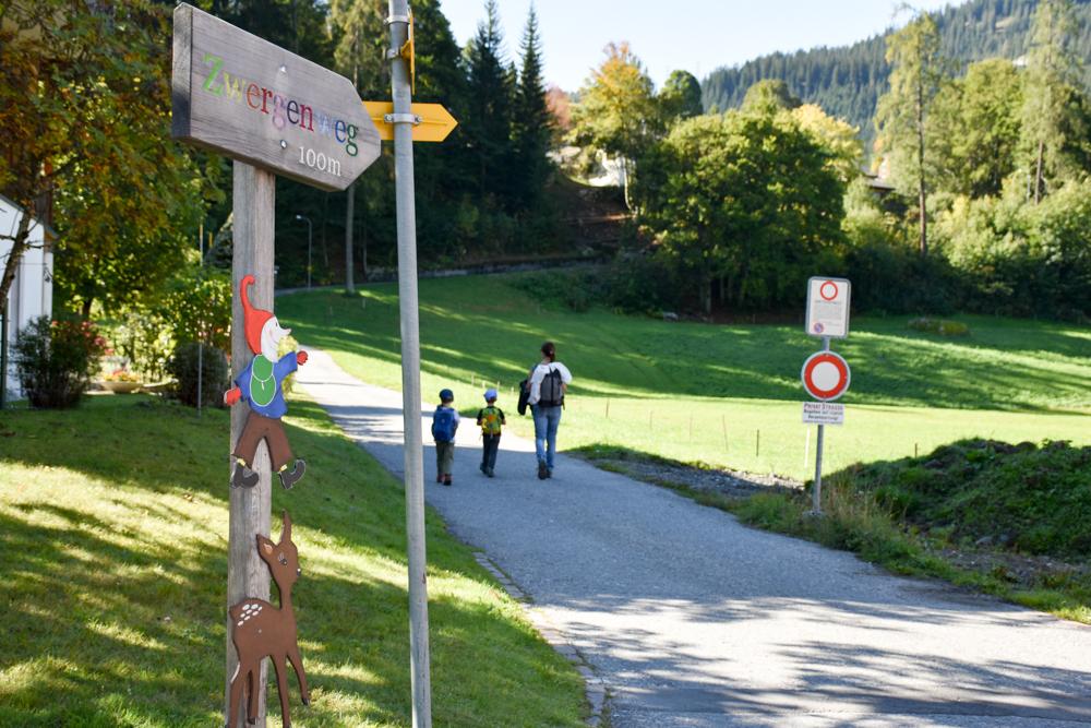 Ausflugstipp Zwergenweg Klosters Graubünden Schweiz Wegweiser vom Dorf