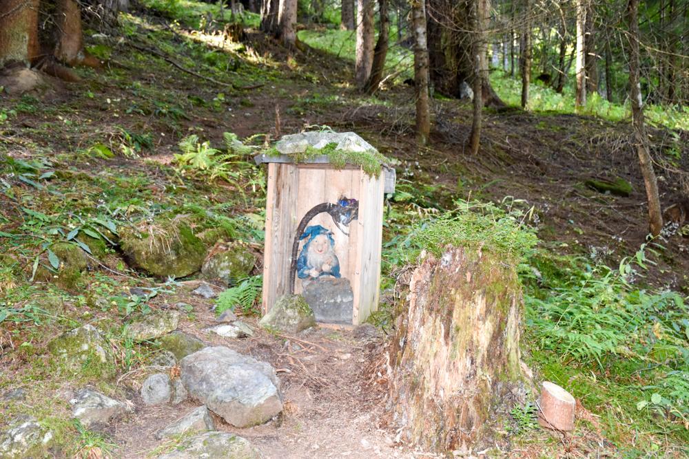 Ausflugstipp Zwergenweg Klosters Graubünden Schweiz die Zwerge haben sich versteckt